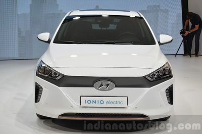 Hyundai-Ioniq-Electric-front-at-Geneva-Motor-Show-2016-stripe04.jpg