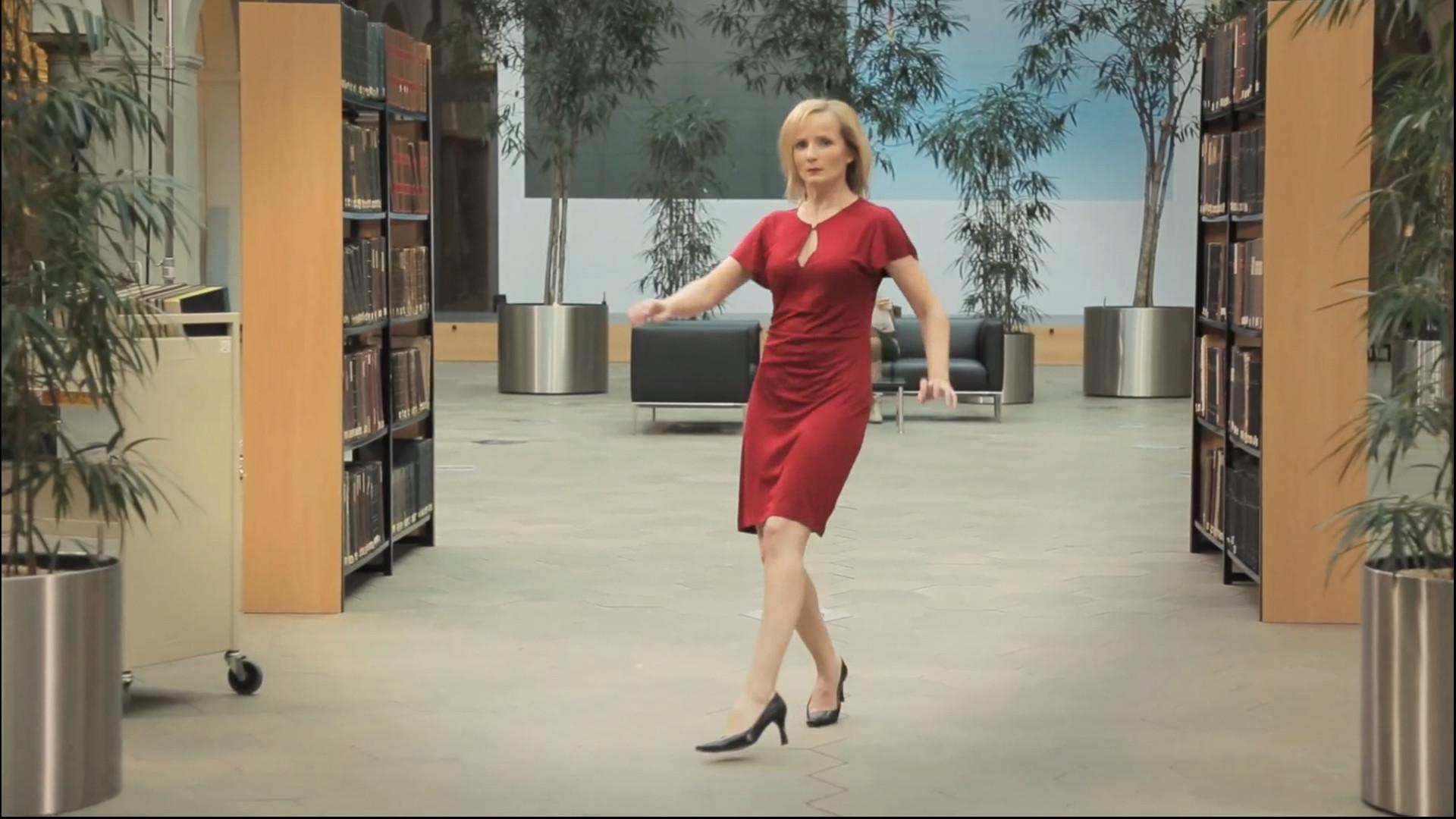 Kommt eine Blondine in die Bibliothek [Video]